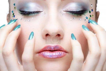 Photo pour Portrait de la belle fille avec strass sur le visage - image libre de droit
