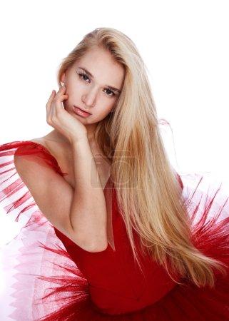 Photo pour Portrait de belle fille modèle esclave posant en robe rouge - image libre de droit