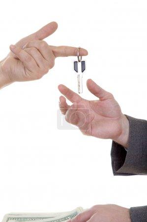 Photo pour Main de l'homme avec clé isolé sur fond blanc - image libre de droit
