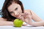 fille avec pomme verte
