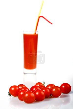 Photo pour Nomato rouge et jus de tomate sur blanc - image libre de droit