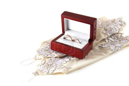 Photo pour Deux anneaux de mariage et accessoires femme blanc - image libre de droit