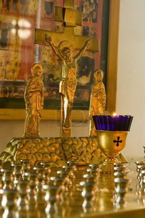 Foto de Jesús la crucifixión de Cristo. una vela ardiente. - Imagen libre de derechos