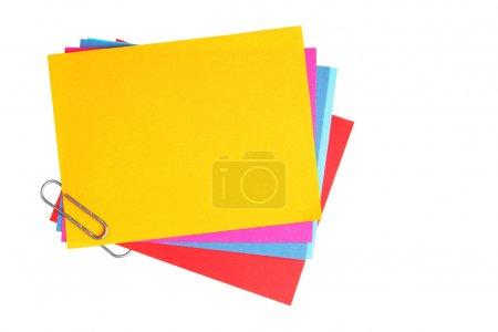 Photo pour Papiers vierges avec clip isolé sur fond blanc - image libre de droit