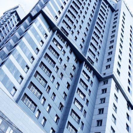 Photo pour Perspective de l'immeuble moderne face au ciel blu - image libre de droit