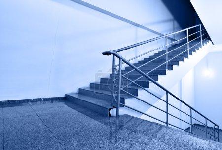 Photo pour Monter ou descendre ? -prise de vue grand angle des escaliers aux tons de couleur bleue de l'ib - image libre de droit