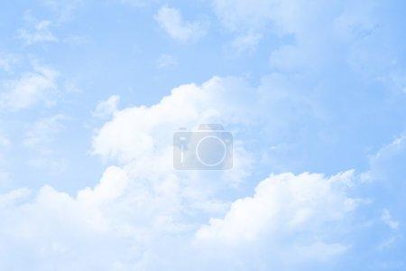 Foto de Azul del cielo y las nubes, puede ser utilizado como fondo - Imagen libre de derechos