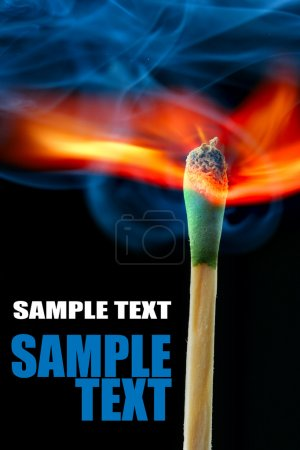 Foto de Combustión de partido sobre fondo negro y espacio para su propio texto - Imagen libre de derechos