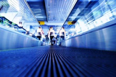 Foto de Perspectiva de la escalera en el centro de negocios tonos en color azul - Imagen libre de derechos