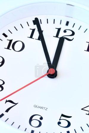 Photo pour Gros plan du cadran du horloge, mur, cinq minutes à douze - image libre de droit