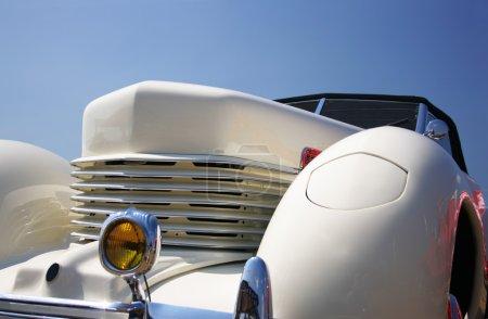 Photo pour Vintage roadster gros plan contre un ciel bleu - image libre de droit