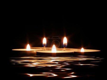 Foto de Velas y su reflejo en el agua oscura - Imagen libre de derechos