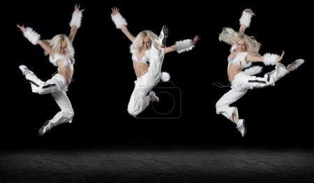 Photo pour La belle danseuse sur fond noir - image libre de droit