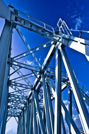 Photo pour Construction de pont suspendu métallique bleu à Moscou, Russie - image libre de droit