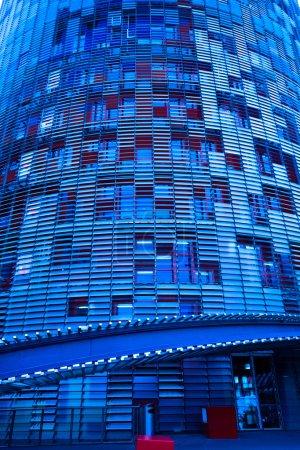 Photo pour Gros plan du nouveau gratte-ciel torre agbar, Barcelone, Espagne - image libre de droit