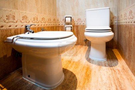Photo pour Toilettes et bidet dans la salle de bain moderne de l'hôtel, Valence, Espagne - image libre de droit