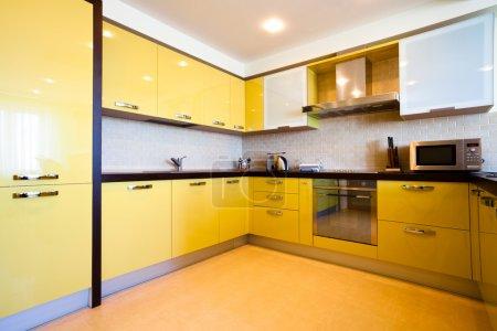 Foto de Interior amarillo cocina en piso moderno - Imagen libre de derechos