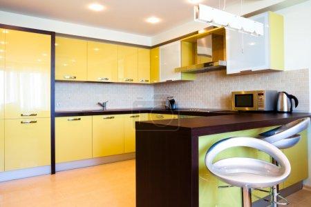 Foto de Interior amarillo cocina con sillas en piso moderno - Imagen libre de derechos