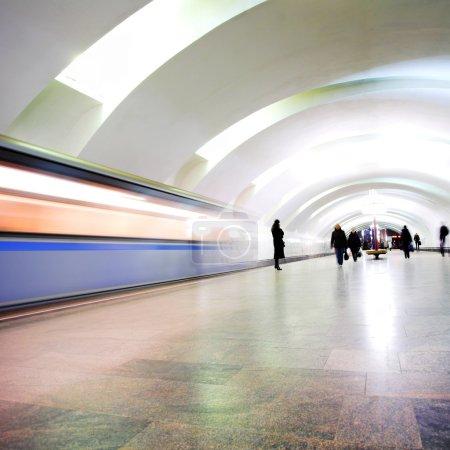 Foto de Mover el tren sobre las siluetas y la estación de metro - Imagen libre de derechos