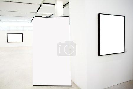 Photo pour Murs dans le musée avec cadres vides et bannière - image libre de droit