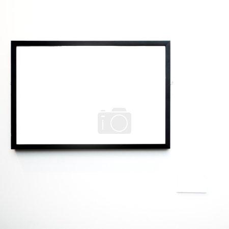 Photo pour Cadre vide sur mur blanc au musée - image libre de droit