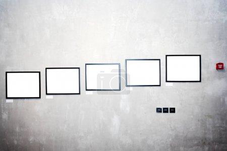 Photo pour Mur dans le musée avec cadres vides - image libre de droit