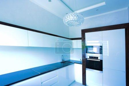 Foto de Esquina interior azul cocina en blanco - Imagen libre de derechos