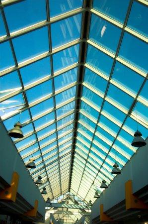 Photo pour Vue verticale sur plafond de bureau, Moscou - image libre de droit