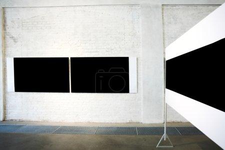 Photo pour Trois grandes bannières noires vides sur l'exposition - image libre de droit