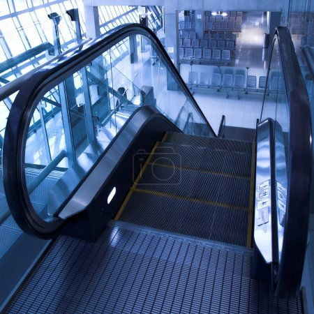 Foto de Escalera mecánica en movimiento en la vista en perspectiva oficina hall - Imagen libre de derechos