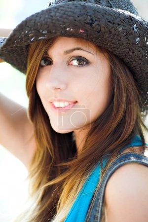 Photo pour Profil de belle fille souriante en chapeau de cow-boy - image libre de droit