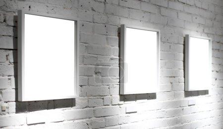 Photo pour Trois cadres sur mur blanc au musée - image libre de droit