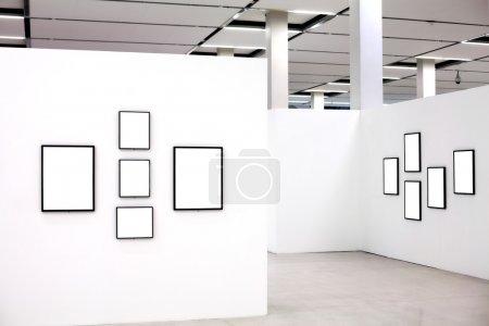 Photo pour Exposition au musée avec de nombreux cadres vides sur des murs blancs - image libre de droit