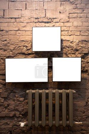 Photo pour Trois cadres vides sur un mur de briques au musée - image libre de droit