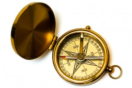 Photo pour Compas en laiton de style ancien sur fond blanc - image libre de droit