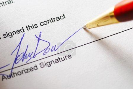 Photo pour Signature d'un contrat. faible profondeur de champ. - image libre de droit