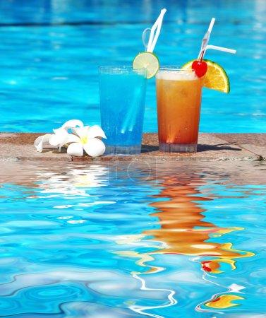 Photo pour Cocktails près de la piscine avec réflexion - image libre de droit