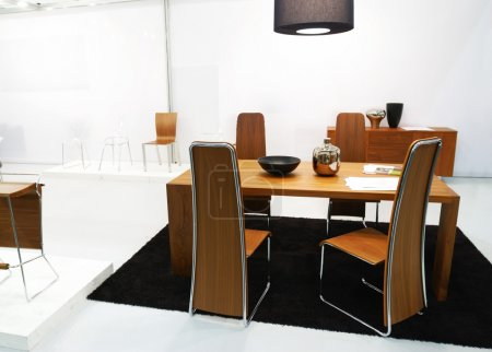 Photo pour Intérieur moderne avec table et chaises - image libre de droit