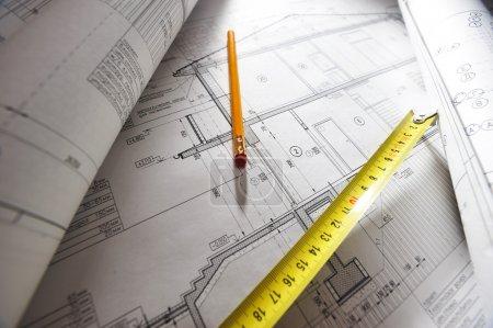 Photo pour Meausure crayon et ruban adhésif sur les plans de la maison - image libre de droit