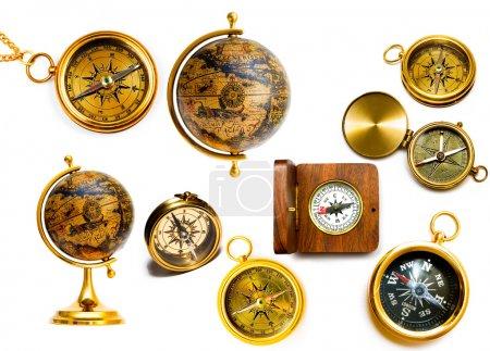 Photo pour Boussoles et globes anciens isolés sur fond blanc - image libre de droit