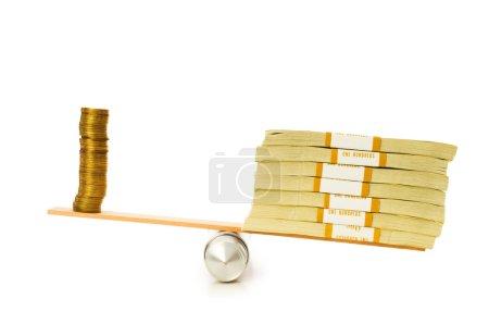 Foto de Concepto financiero - equilibrio entre monedas y billetes - Imagen libre de derechos
