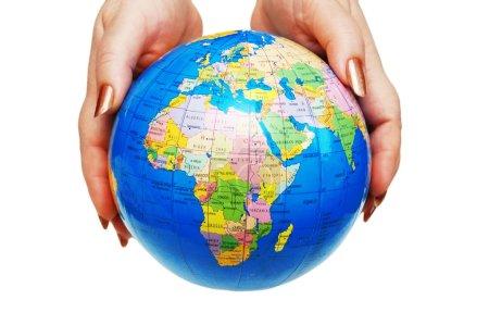 Photo pour Deux mains tenant un globe isolé sur blanc - image libre de droit
