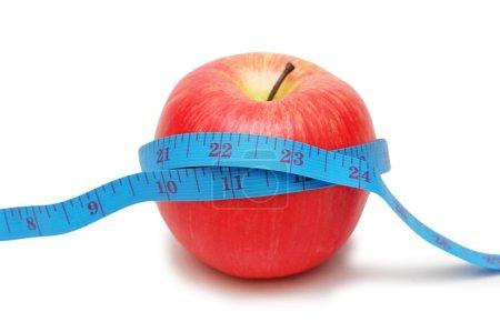 Photo pour Pomme rouge et ruban à mesurer isolés sur blanc - image libre de droit