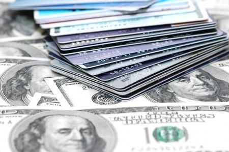 Photo pour Pile de cartes de crédit et billets de banque en dollars - image libre de droit