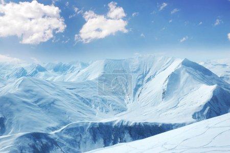 Photo pour Hautes montagnes sous la neige en hiver - image libre de droit