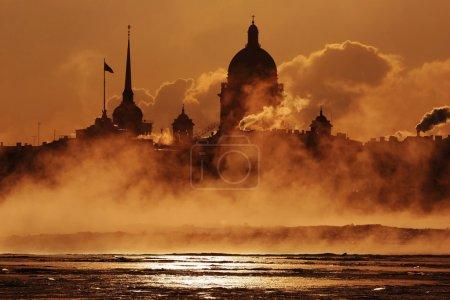 Photo pour Fumée. Quai de Saint Pétersbourg - image libre de droit
