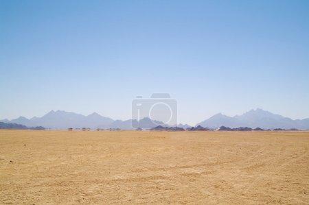 Photo pour Mirage (eau) dans le désert, l'Afrique - image libre de droit