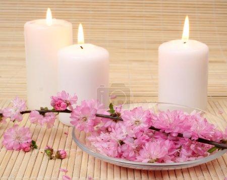 Photo pour Bougies et fleurs - image libre de droit