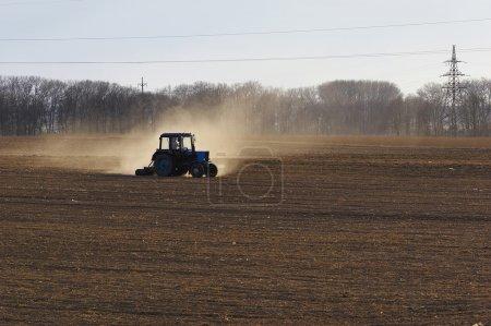 Photo pour Tracteur sur le terrain - image libre de droit