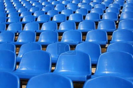 Photo pour Sièges en plastique vides dans un stade - image libre de droit